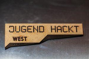 Das Jugen Hackt West Logo mit einem Lasercutter gelasert.